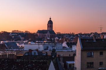 Blick über die Dächer von Mainz im Sonnenaufgang