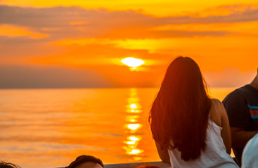 In de dag Oranje eclat Roatan, Honduras »; January 2020: A young brunette on the ferry from Ceiba heading to Roatan Island on a sunset
