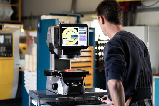 Digitaler Messprojektor mit Messtisch und Glasmessfläche, Vermessungsgerät für Industrie, Field of View, Messtechnik