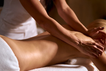 In de dag Spa Gentle female hands of professional massage therapist doing back massage in wellness beauty spa, health treatment concept, close up