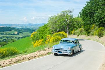 Poster Vintage voitures Vintage car on winding road