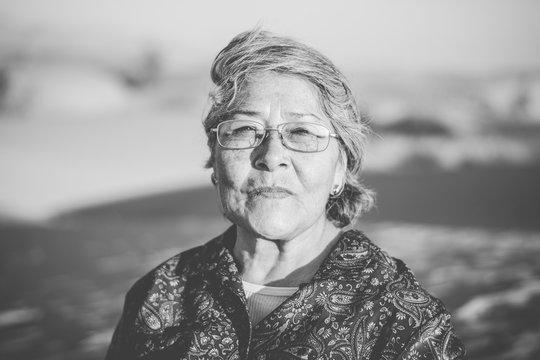 Hermosa abuela mexicana feliz disfrutando de su viaje al desierto en México