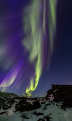 Fototapete - Northern lights above an arctic landscape