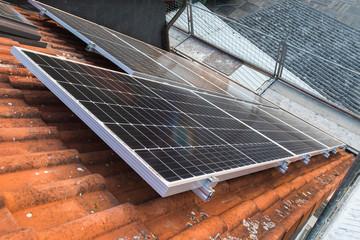 Solar-Panel auf Hausdach mit Sicht von oben