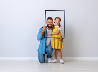 concept of the family. father and child to daughter near empty wall Fotomurales