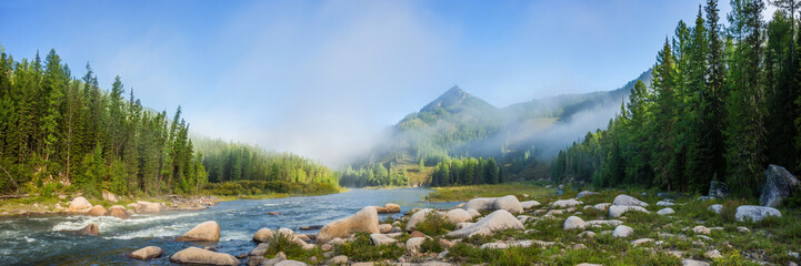 Siberian mountain Balyiktyig hem river in early foggy morning. Fototapete