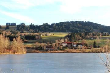 Blick über einen See im Allgäu, Bayern (Rottachsee)