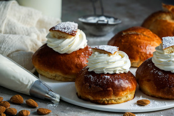 Türaufkleber Brot Semla or semlor, vastlakukkel, laskiaispulla is a traditional sweet roll made in various forms in Sweden, Finland, Estonia, Norway, Denmark, especially Shrove Monday and Shrove Tuesday