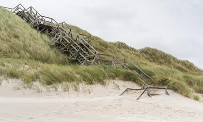 Fototapete - Hölzerne Treppe in den Dünen am Meer