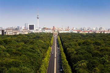 Fotobehang Berlijn Tiergarten Berlin mit Blick auf den Fernsehturm und das Brandenburger Tor