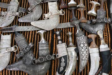 Souq Krumdolche Krumdolch Markt Oman Dolch Souvenir Khanjar antik alt Gürtel Tracht Waffe Metallgriff Holzgriff Kunst Antiquität Antiquitäten Dolchschmied Griff Staussymbol Scheid Wffenhandel Handel