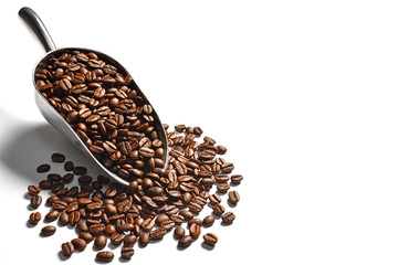 Stores à enrouleur Café en grains Coffee beans in scoop on white background