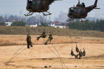 Foto op Canvas Helicopter ヘリコプターで空中機動をする自衛官