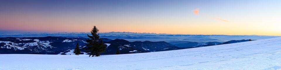 Abendstimmung am winterlichen Gipfel des Belchen, Sonnenuntergang, Blick Richtung Süden, Panorama