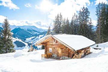 Winterlandschaft und eine urige Berghütte