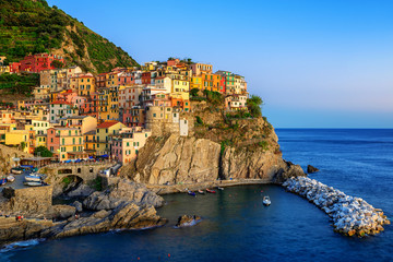 Stores photo Ligurie Manarola, Italy, a picturesque village in Cinque Terre