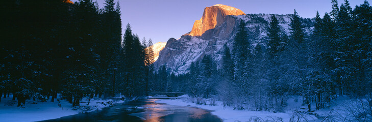 Spoed Fotobehang Nachtblauw Sunset over Merced River and Half Dome, Yosemite, California