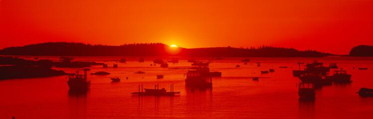 In de dag Rood traf. Red sunrise at Lobster Village, Stonington, Maine