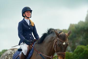 Confident smiling teenage girl equestrian horseback riding Papier Peint