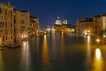 Canale Grande in Venedig bei Nacht von Accademia Brücke