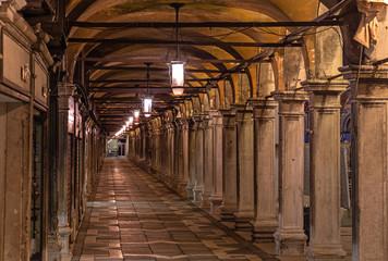 Arkaden auf dem Markusplatz in Venedig bei Nacht