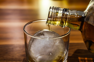 Photo sur Plexiglas Bar ウイスキーロックを作るイメージ