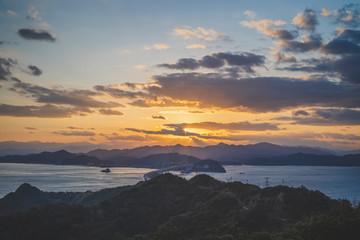 夕焼けの空と海