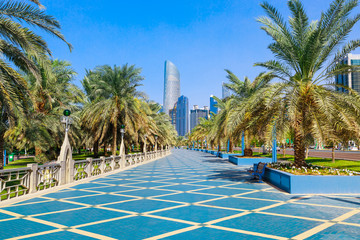 Foto op Aluminium Abu Dhabi Skyline view of Abu Dhabi panorama with sea, beach and skyscrapers. Sunny summer day in Abu Dhabi - famous tourist destination in UAE. Ideal place for luxury travel and rest