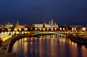 Foto op Plexiglas Aziatische Plekken Night view of the Moscow Kremlin and the Big Stone bridge with festive illumination. Moscow, Russia