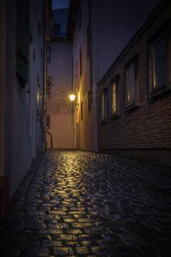 Beleuchtete enge Gasse in der Mainzer Altstadt