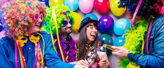 Spoed Fotobehang Carnaval Glückliche Party Freunde feiern karneval und stoßen mit Sekt an.