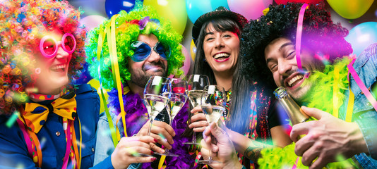 Foto op Canvas Carnaval Glückliche Party Freunde feiern karneval und stoßen mit Sekt an.