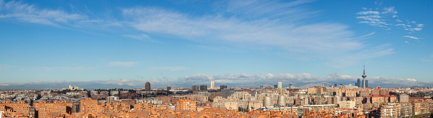 Papiers peints Madrid Skyline of the city of Madrid, on a day with blue sky and clouds, from the popular neighborhood of Vallecas