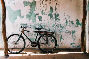 Photo sur Plexiglas Velo Rusty bicycle with old wall background