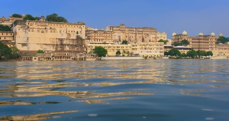 Fotomurales - Udaipur City Palace on lake Pichola with tourist boat - Rajput architecture of Mewar dynasty rulers of Rajasthan. Udaipur, India