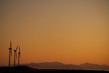 海上の夕日と風力発電
