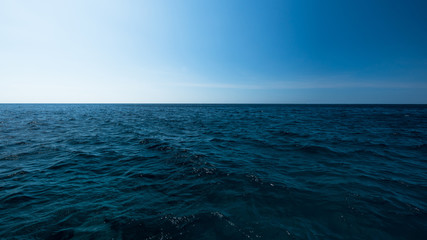 Dark and blue open sea with blue sky Fotomurales