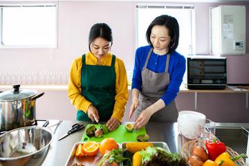 料理を教えてもらう女性
