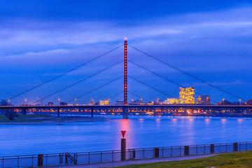 Brücke über den Rhein nach Oberkassel in Düsseldorf bei Nacht