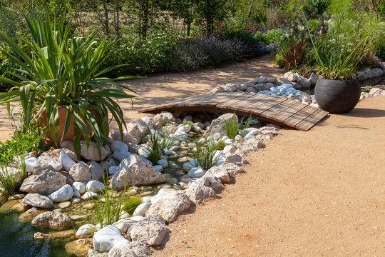Aménagment paysager de jardin - ponton et rocaille