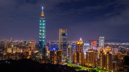 Fotomurales - Taiwan skyline, Beautiful cityscape at sunset in Taipei.