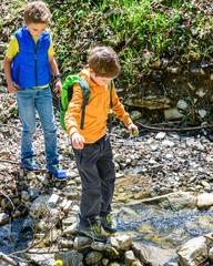Zwei Jungs unterwegs auf einem Naturerlebnispfad im Allgäu