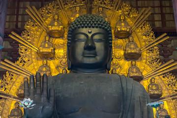 悟りを開いた巨大な仏陀の像