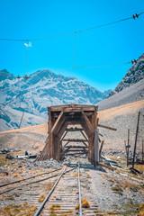 Fondo de montañas detrás de ruinas del tren en mendoza.