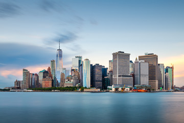 New York, New York, USA downtown city skyline at dusk on the harbor. Fotobehang
