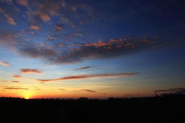 Zachód słońca nad polami, obszry wiejskie.