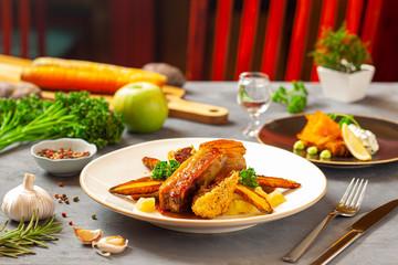 Fototapeta Trio wieprzowe - boczek wolno pieczony, żeberko glazurowane, kaszanka w panko -   puree ziemniaczane, pieczony czosnek, mus jabłkowo-cydrowy, demi-glace, karmelizowana marchewka obraz