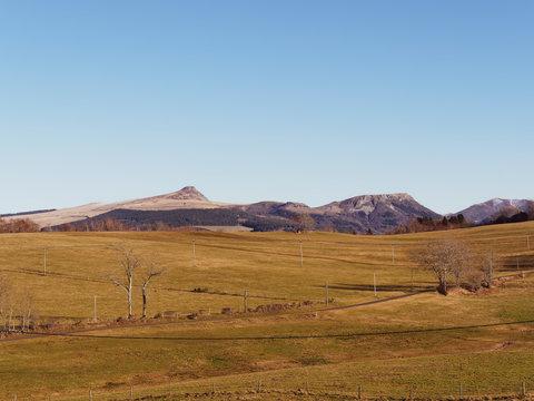 Plomb du Cantal, un des plus haut sommet des monts du Cantal dans le Massif Central à forme typique de pommeau arrondi