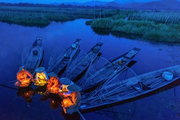 Intha fishermen working in the morning. Location of Inle lake, Myanmar. Fotomurales