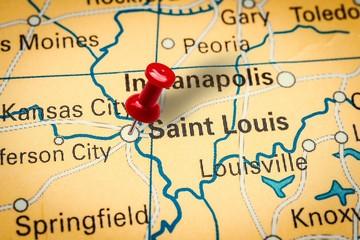Pushpin pointing at Saint Louis city in Missouri, America